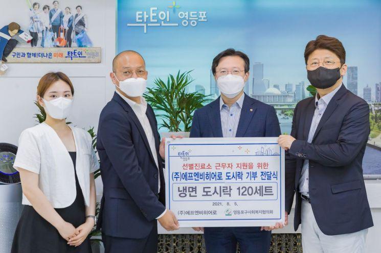 [포토] 김수영 양천구청장 폭염 속 고생하는 의료인 간식 전달