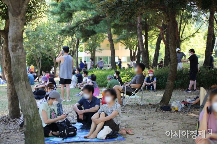 가음정동 선별진료소 앞 시민들이 돗자리, 의자에 앉아 검사를 기다리고 있다./이상현 기자@lsh2055