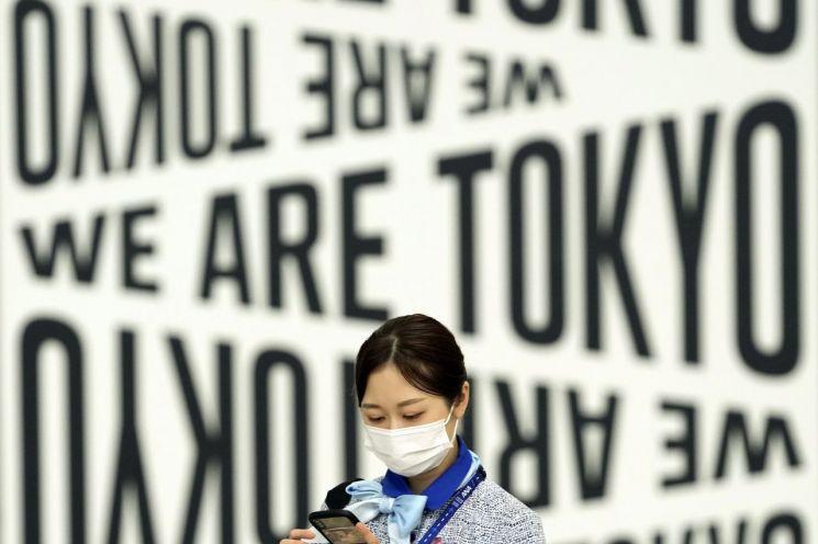 하계 올림픽이 열리고 있는 일본 수도 하네다 공항에서 이달 2일 코로나19 예방 마스크를 쓴 공항 직원이 구내를 걸어가고 있다. [이미지출처=연합뉴스]