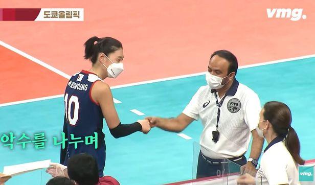 김연경이 경기 종료 후 코트에 남아 알루시 주심에게 악수를 청하고 있다. /사진=비디오머그 유튜브 캡처