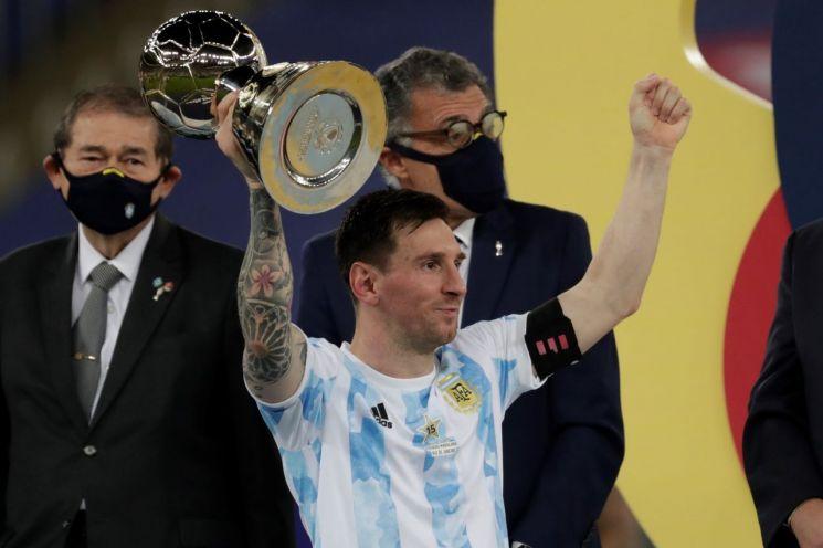 리오넬 메시가 2021 코파아메리카컵 우승컵을 들어 보이고 있다. [이미지출처=EPA연합뉴스]