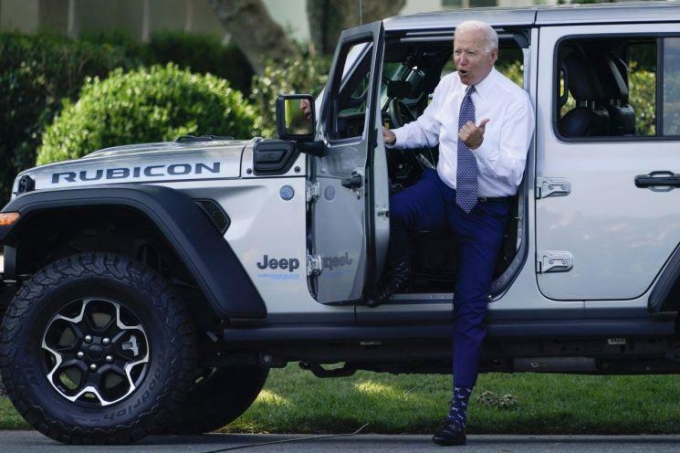 조 바이든 미국 대통령이 백악관에서 크라이슬러 산하 지프 브랜드의 전기차를 체험하고 엄지 손가락을 들어 보이고 있다. [이미지출처=AP연합뉴스]