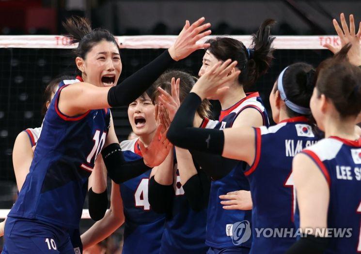 4일 일본 아리아케 아레나에서 열린 도쿄올림픽 여자 배구 8강 한국과 터키의 경기에서 승리해 4강 진출에 성공한 한국의 김연경(왼쪽) 등 선수들이 환호하고 있다. [이미지출처=연합뉴스]