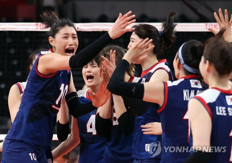 지난 4일 일본 아리아케 아레나에서 열린 도쿄올림픽 여자 배구 8강 한국과 터키의 경기에서 승리해 4강 진출에 성공한 한국 여자 배구팀 김연경(왼쪽) 등 선수들이 환호하고 있다. / 사진=연합뉴스