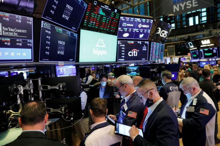 미국 뉴욕 맨해튼의 뉴욕증권거래소(NYSE)에서 트레이더들이 업무를 보고 있다. [이미지출처=연합뉴스]