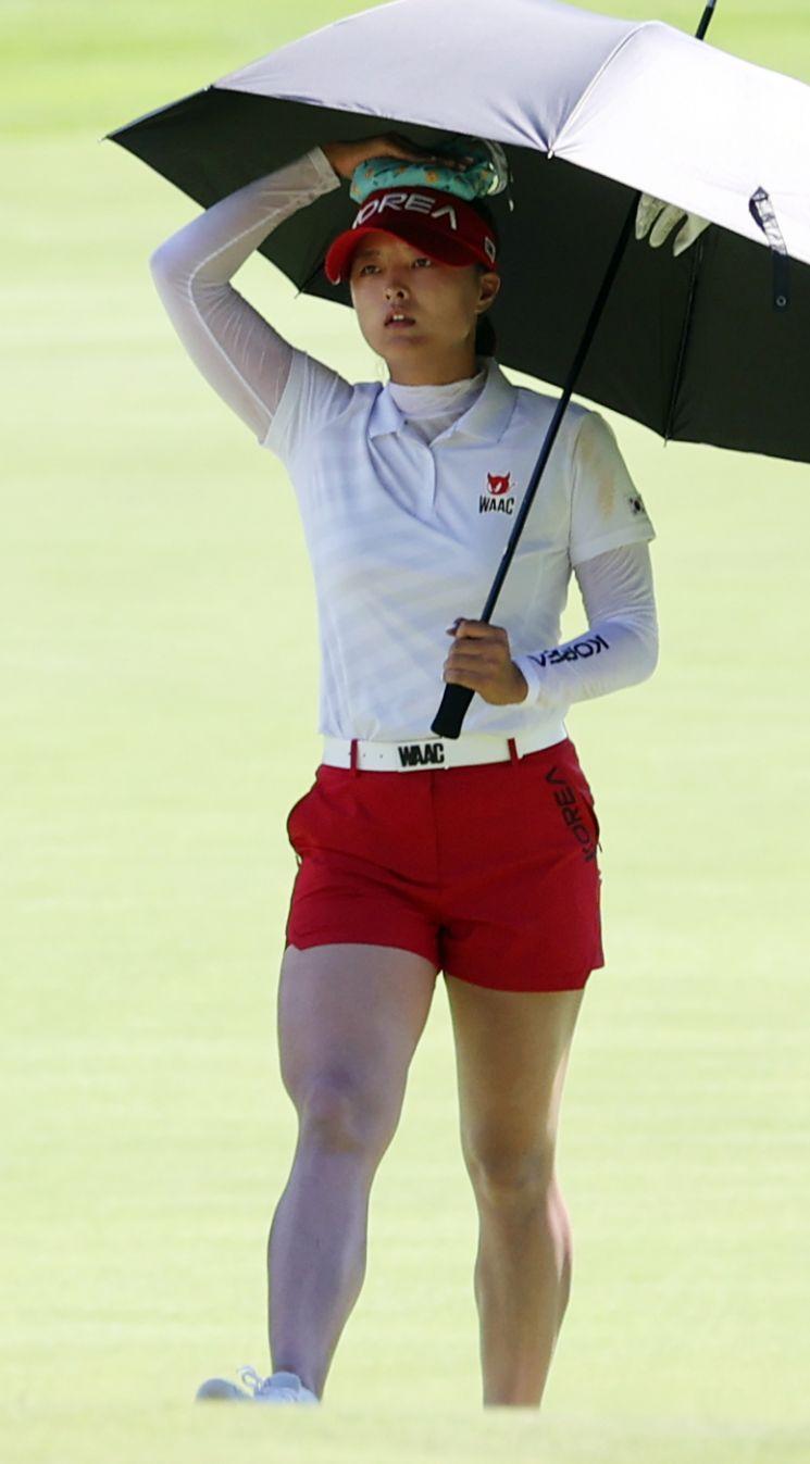 5일 도쿄올림픽 여자 골프 2라운드에 출전한 고진영이 머리에 얼음주머니를 얹고 이동하고 있다. [이미지출처=연합뉴스]