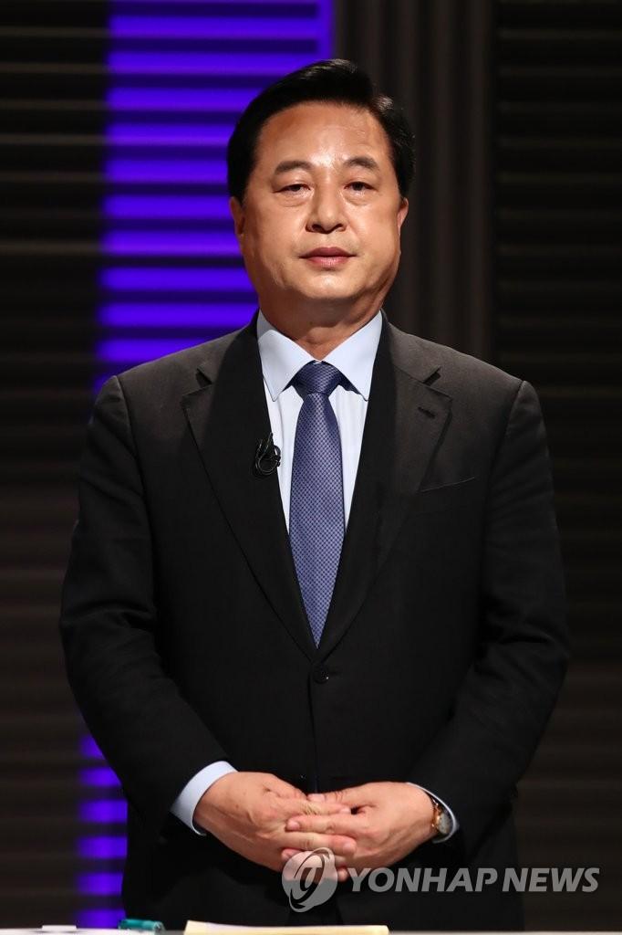더불어민주당 대선 예비후보자인 김두관 의원이 7월6일 서울 마포구 MBC 방송센터에서 합동 토론회를 준비하고 있다. [이미지출처=연합뉴스]