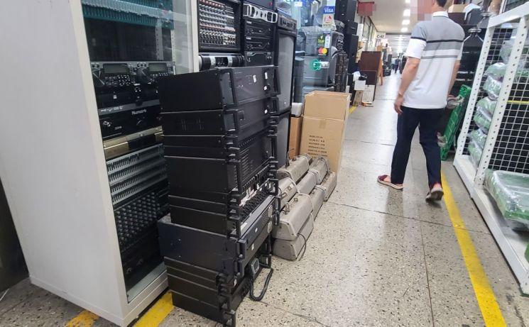 5일 오후 음향 기기 전문 상점들이 자리한 서울 중구 세운상가 내 복도에 중고 앰프들이 쌓여있다.
