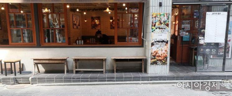 명동 한 식당 대기자 명단(오른쪽)이 텅 비어 있다. 식당 관계자가 점심시간을 앞두고 테이블을 닦고 있다. /문호남 기자 munonam@