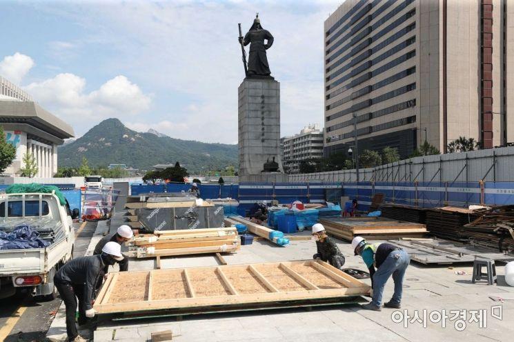 세월호 기억공간이 7년 만에 광화문 광장을 떠났다. 6일 출입이 금지된 광장에서 공사 관계자들이 분주히 움직이고 있다. 어제(5일) 해체 작업이 마무리 됐다. 서울시가 지난달 초 광장 재구조화 공사를 위해 철거를 통보했고 유족들이 반발했지만, 전시물과 기록물 등을 서울시의회 임시공간으로 이전하는 안에 합의가 됐다. 철거한 건물 골조 등은 활용방안을 찾을 때까지 안산에 보관될 예정이다. /문호남 기자 munonam@