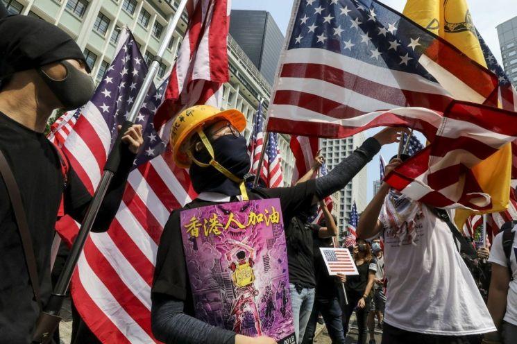 2019년 홍콩 주재 미국 영사관 앞에 시위대의 모습(사진출처:SCMP)