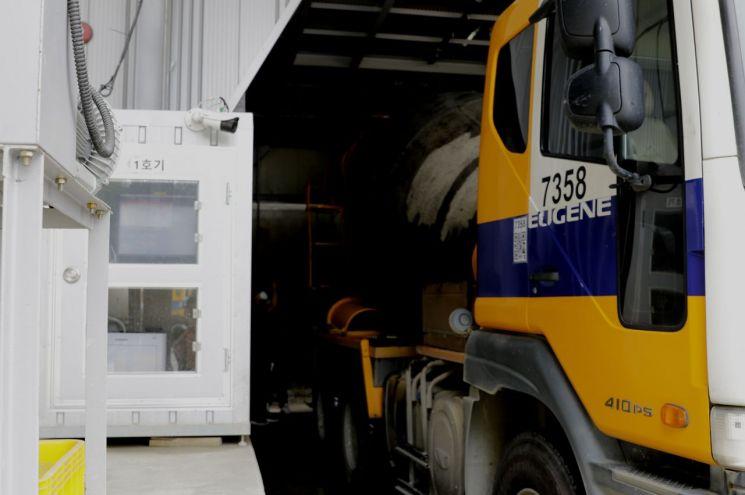 유진기업 천안공장 배처 플랜트에 정차한 레미콘 운송차량(믹서트럭). [사진제공 = 유진그룹]