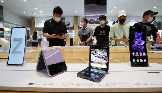 삼성전자가 '갤럭시 언팩 2021'을 통해 폴더블 스마트폰 '갤럭시Z폴드3'와 '갤럭시Z플립3' 등을 공개한 가운데 12일 서울 서초구 삼성 딜라이트샵을 찾은 고객들이 신제품을 살펴보고 있다. 이번에 공개된 제품들은 오는 17일부터 23일까지 국내 사전 판매되고, 27일 전세계에 순차적으로 출시 예정이다./김현민 기자 kimhyun81@