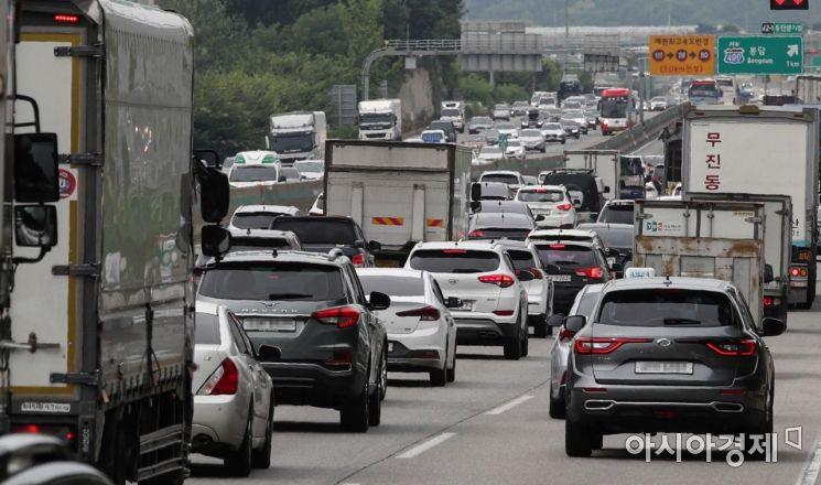 광복절 연휴가 시작된 13일 경기 오산 인근 경부고속도로 양방향 차량이 증가하고 있다./오산=강진형 기자aymsdream@