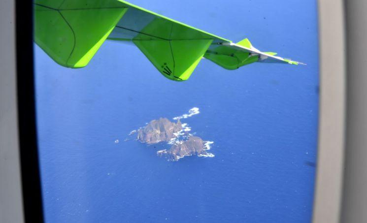 무착륙 비행 중 촬영한 독도 모습.