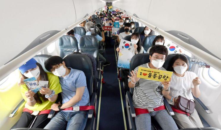 독도 무착륙 비행에 나선 탑승객들.