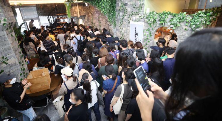 지난 13일 오후 서울 영등포구에 위치한 결제플랫폼 회사 '머지포인트' 본사에 환불을 요구하는 가입자들이 모여 있다. [이미지출처=연합뉴스]