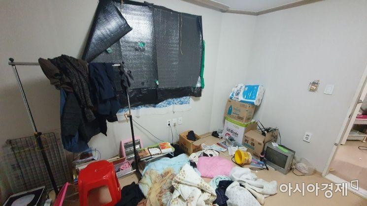 지난 4일 방문한 무연고 사망자 A씨의 집. 정리 안 된 옷가지 등이 놓여 있고 창문에는 암막이 설치돼 있다./사진=이정윤 기자 leejuyoo@