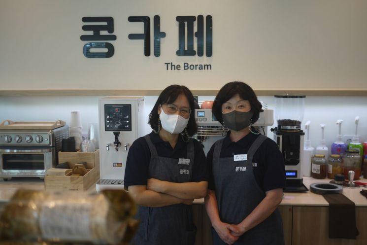 세종시 보람동 소재 '콩카페'에서 근무하는 바리스타 정은수씨(62·왼쪽)와 김혜경씨(66)가 사진촬영을 하고 있다.