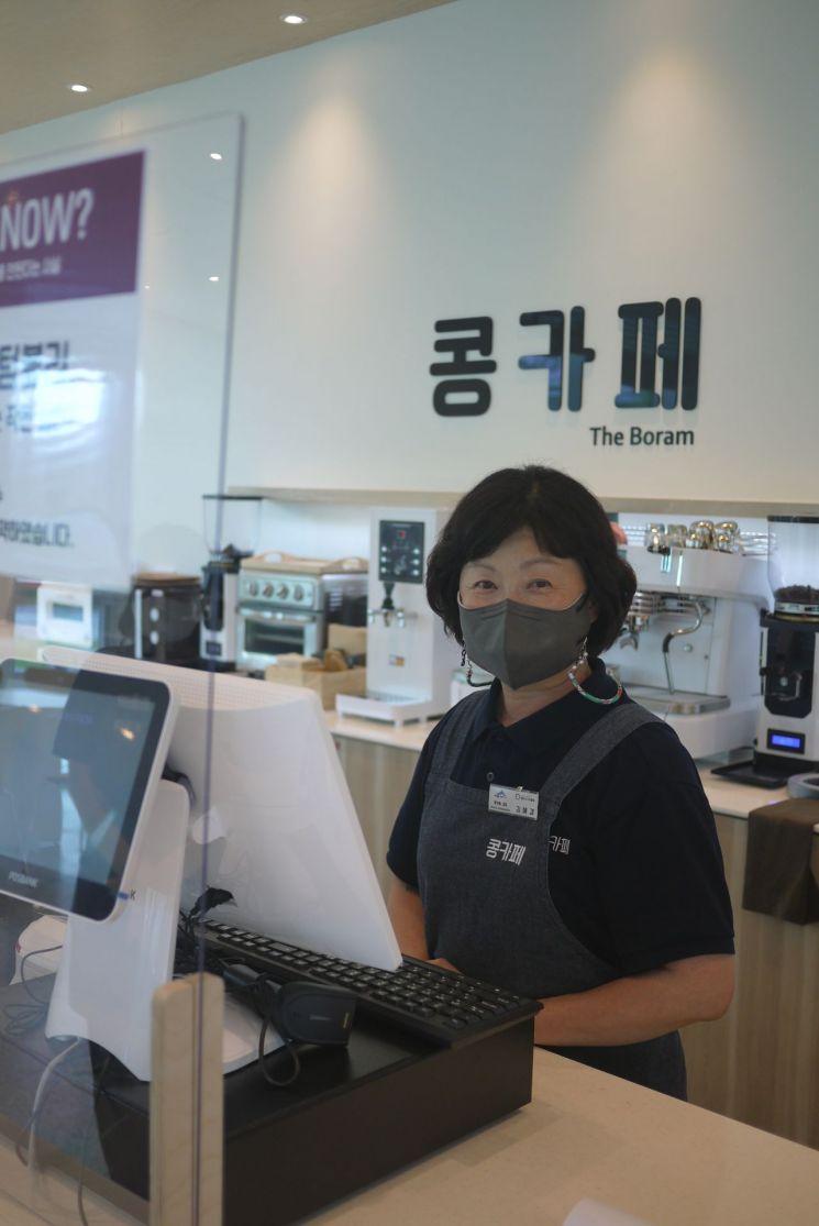 세종시 보람동 소재 '콩카페'에서 김혜경씨(66)가 근무하는 모습.