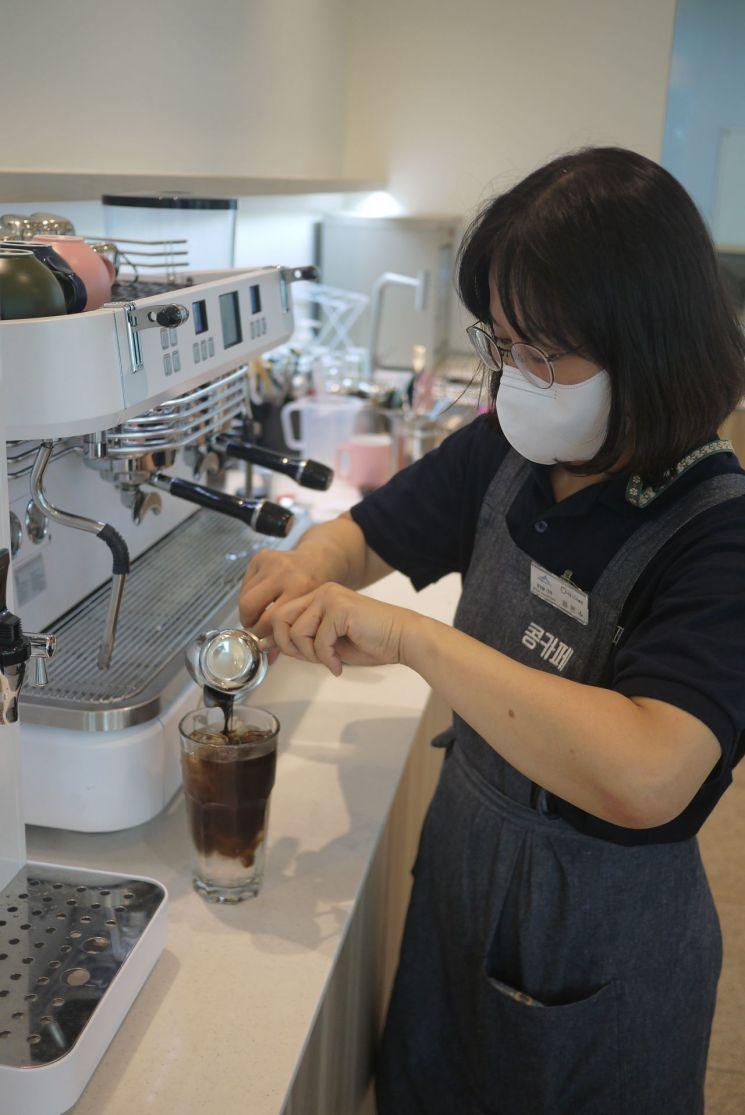 세종시 보람동 소재 '콩카페'에서 근무하는 바리스타 정은수씨(62)가 음료를 만들고 있다.