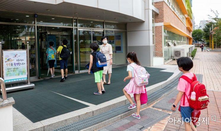 초등학교 2학기 개학이 시작된 23일 서울 구로구 고척초등학교에서 학생들이 등굣길에 오르고 있다./강진형 기자aymsdream@