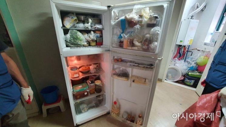 무연고 사망자 A씨의 냉장고에 음식물이 가득하다./사진=이정윤 기자 leejuyoo@