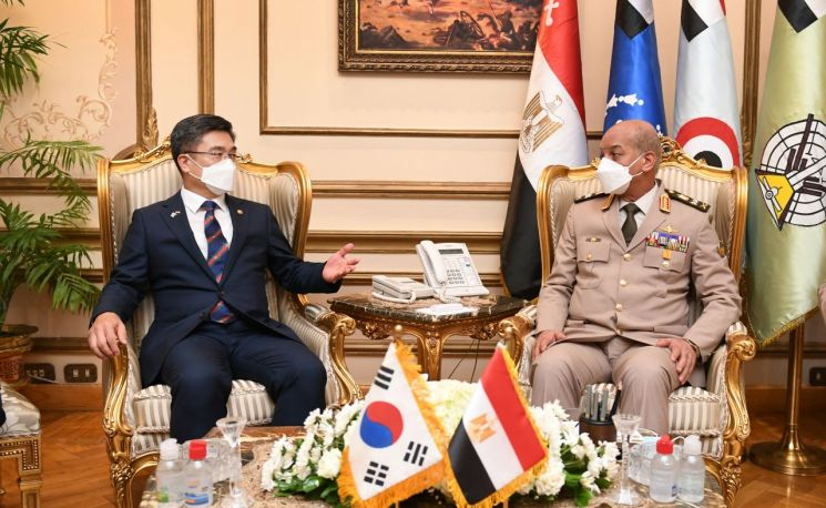 서욱 국방부장관이 모하메드 아흐메드 자키 모하메드 이집트 국방부장관과 국방장관 회담을 하고 있다.