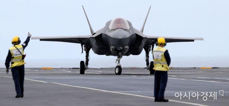 한-영 연합 해상기회훈련이 실시된 31일 오후 동해 남부 해상을 항해 체류중인 영국의 항공모함 퀸 엘리자베스함에서 영국 전투기 F-35B 가 이륙 시연 준비를 하고 있다. 2021.08.31. 사진공동취재단