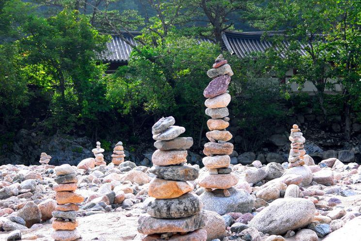백담사 수심교아래 계곡에 늘어서 있는 수많은 돌탑들은 이곳을 찾는 이들의 기쁨과 슬픔, 원망과 근심이 모두 담긴 돌탑이다. 여름 장마가 휩쓸고 가면 다음 여름까지 다시 쌓여진다.