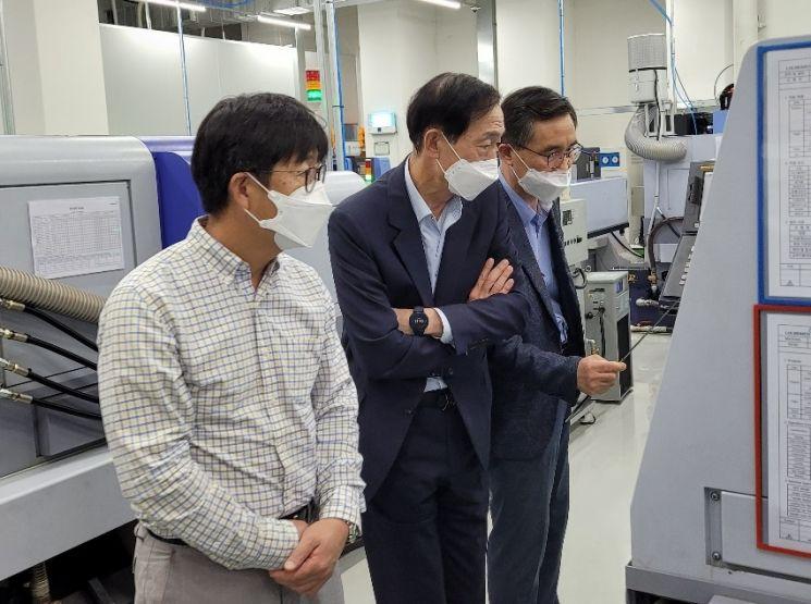 앤서니 신 미국 슈라이너 병원 박사(왼쪽)와 윤도흠 차의과학대학교 의료원장(가운데)이 엘앤케이바이오의 척추 임플란트 제품 생산 설비에 대한 설명을 듣고 있다.