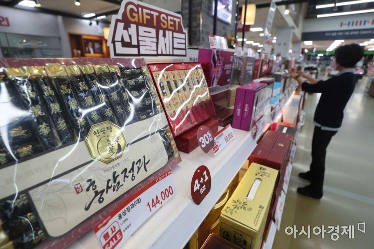 추석 연휴를 앞둔 3일 서울 서초구 농협 하나로마트 양재점을 찾은 시민이 추석 선물세트를 살펴보고 있다. /문호남 기자 munonam@