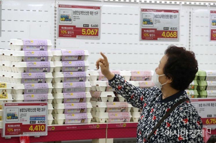 지난 3일 서울 한 대형마트에서 소비자가 계란을 살펴보는 모습. /문호남 기자 munonam@