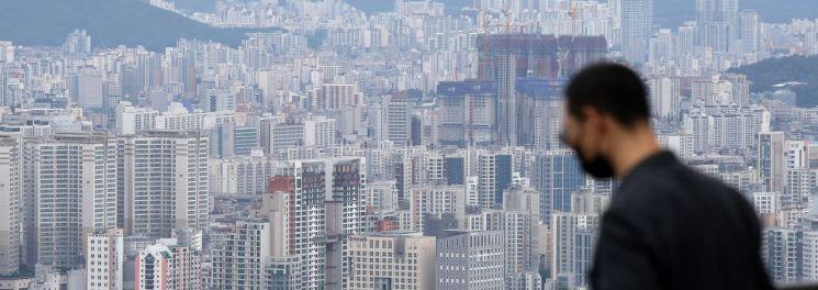 수도권 상위 20% 주택가격이 처음으로 평균 15억원을 넘어섰다. 지난 2일 KB국민은행 리브부동산의 월간 주택가격 동향 시계열 통계에 따르면 8월 수도권 상위 20% 주택가격은 평균 15억893만원을 기록했다. 이는 KB가 수도권 통계를 공개하기 시작한 2013년 4월 이후 최고치이다.