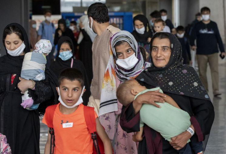 미국 공항에 도착해 안도하는 아프간 난민 가족들. [사진=연합뉴스]