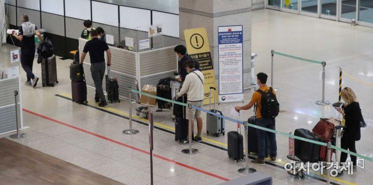 국내에서 첫 뮤 변이가 확인되는 등 코로나19 사태 긴장감이 이어지고 있는 6일 인천국제공항 1터미널 입국장에서 해외 입국자들이 이동하고 있다. /문호남 기자 munonam@