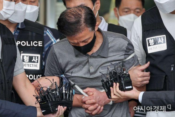 위치추적 전자장치(전자발찌) 훼손 전후로 여성 2명을 살해한 혐의를 받는 강윤성이(56) 지난달 7일 서울 송파경찰서에서 검찰로 이송되고 있다./강진형 기자aymsdream@