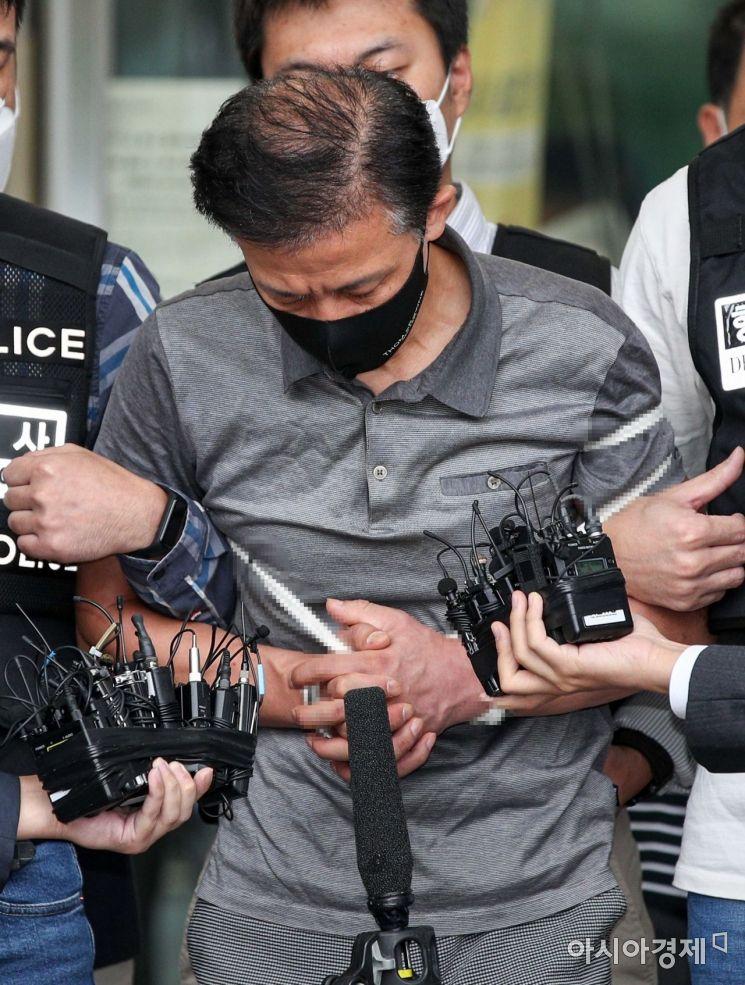 위치추적 전자장치(전자발찌) 훼손 전후로 여성 2명을 살해한 혐의를 받는 강윤성(56)이 이달 7일 서울 송파경찰서에서 검찰로 이송되고 있다./강진형 기자aymsdream@