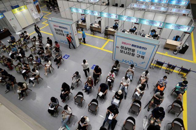 7일 서울 마포구 마포아트센터에 마련된 코로나19 예방접종센터에서 백신을 맞은 시민들이 이상반응 모니터링 구역에서 대기하고 있다. /문호남 기자 munonam@