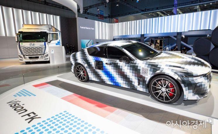 8일 경기 고양 킨텍스에서 열린 '2021수소모빌리티+쇼'에서 현대자동차그룹 부스가 마련되고 있다./고양=강진형 기자aymsdream@