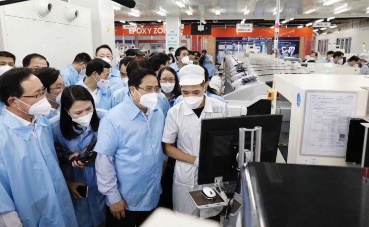 베트남 팜 민 찐 총리가 타이응우옌성의 삼성전자 휴대전화 공장을 방문해 생산시설을 둘러보고 있다.[이미지출처=연합뉴스]