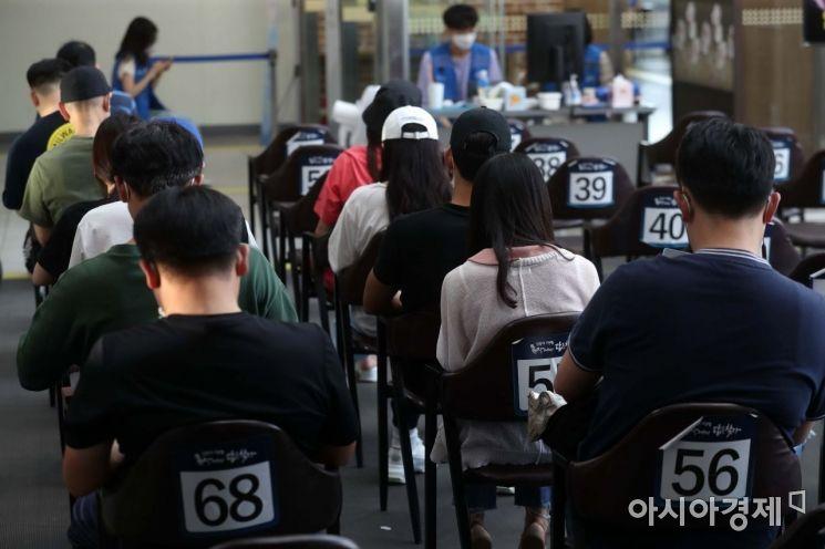 지난 13일 서울 성북구 예방접종센터에서 코로나19 백신을 맞은 시민들이 이상반응 모니터링 구역에서 대기하고 있다. /문호남 기자 munonam@