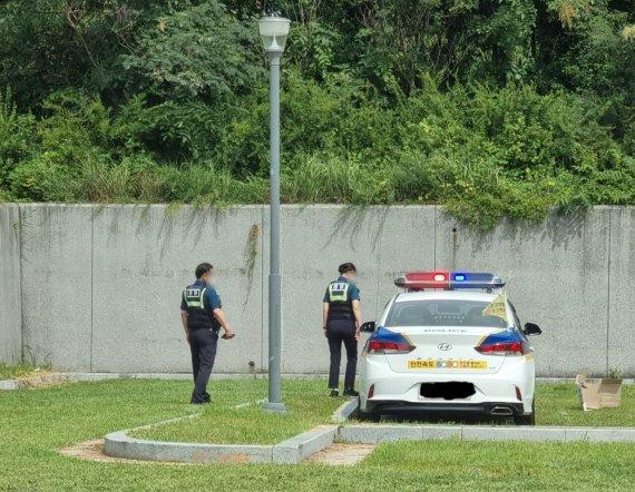 최근 한 여경이 근무 중 경찰차로 주차 연습을 했다는 내용의 글이 올라와 논란이 되고 있다. 사진=온라인 커뮤니티 '에펨코리아' 화면 캡처.