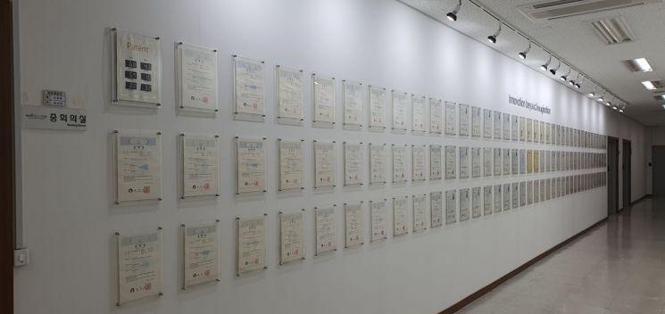 나노브릭 본사 3층 복도의 모습. 수많은 특허들이 전시됐다. 사진=유현석 기자
