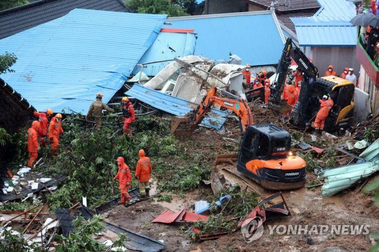 지난 7월6일 오전 폭우로 인한 산사태가 발생한 전남 광양시 진상면 비평리의 한 마을에서 구조작업이 진행중이다. / 사진=연합뉴스