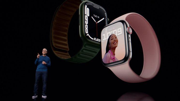 팀 쿡 애플 최고경영자(CEO)가 14일(현지시간) 미국 캘리포니아주 쿠퍼티노 애플파크에서 열린 스페셜 이벤트에서 신형 스마트워치인 애플워치7를 소개하고 있다. [이미지출처=EPA연합뉴스]