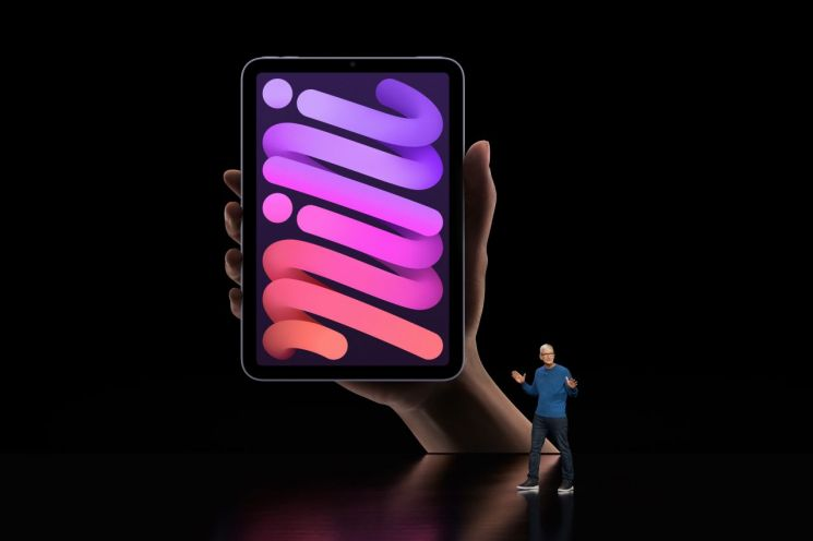 팀 쿡 애플 최고경영자(CEO)가  14일(현지시간) 미국 캘리포니아주 쿠퍼티노 애플파크에서 열린 애플의 스페셜 이벤트에서 '아이패드 미니'  신제품을 소개하고 있다. [이미지출처=EPA연합뉴스]