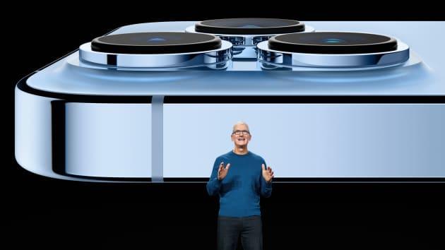 팀 쿡 애플 최고경영자(CEO)가  14일(현지시간) 미국 캘리포니아주 쿠퍼티노 애플파크에서 열린 애플의 스페셜 이벤트에서 '아이폰13' 시리즈를 소개하고 있다.