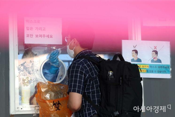 수도권을 중심으로 코로나19 확산세가 거세지고 있는 15일 서울역 광장에 마련된 임시 선별검사소가 시민들로 북적이고 있다. /문호남 기자 munonam@