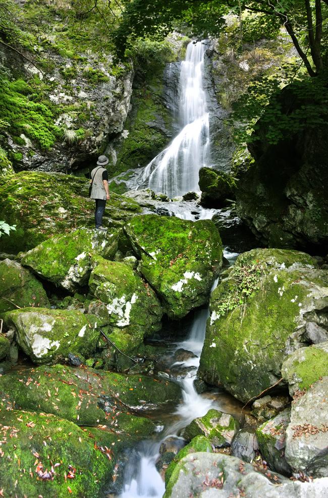 60m높이에서 2단으로 떨어지는 위봉폭포, 장엄한 물소리와 이끼낀 바위가 원시림의 풍광을 선사한다